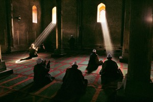 Men praying in an Islamic-Sufi mosque in ancient Srinagar, Kashmir, 1998 National Geographic, September 1999, Kashmir: Trapped in Conflict Magnum Photos, NYC5902, MCS1999005 K015, final print_milan, Phaidon, South Southeast, Iconic Images, final book_iconic